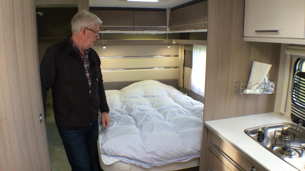 Dobbeltsengen er i bagenden af vognen og det er en dejlig seng på 200x140 cm. Der er lamelbund og støddæmper der holder sengebunden oppe, når man skal ned i det store magasin under sengen. Der er også adgangen til magasinet gennem den store serviceklap udefra.