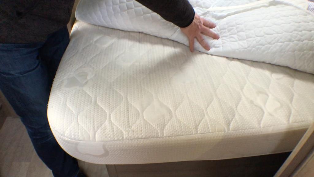 Den store fordel ved denne dobbeltseng er, at der ikke er skåret et hjørne af sengen, så man (min kone) ligger med benene ud over kanten. Tak Caravelair.