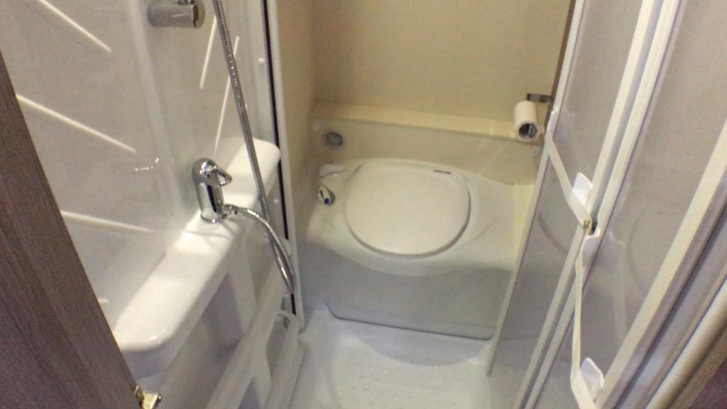 I bagenden af vognen er toilettet og midt i rummet kan man lukke dører for toilettet og for toiletdøren så man får en pænt bruserum midt i rummet. Ganske smart og praktisk.
