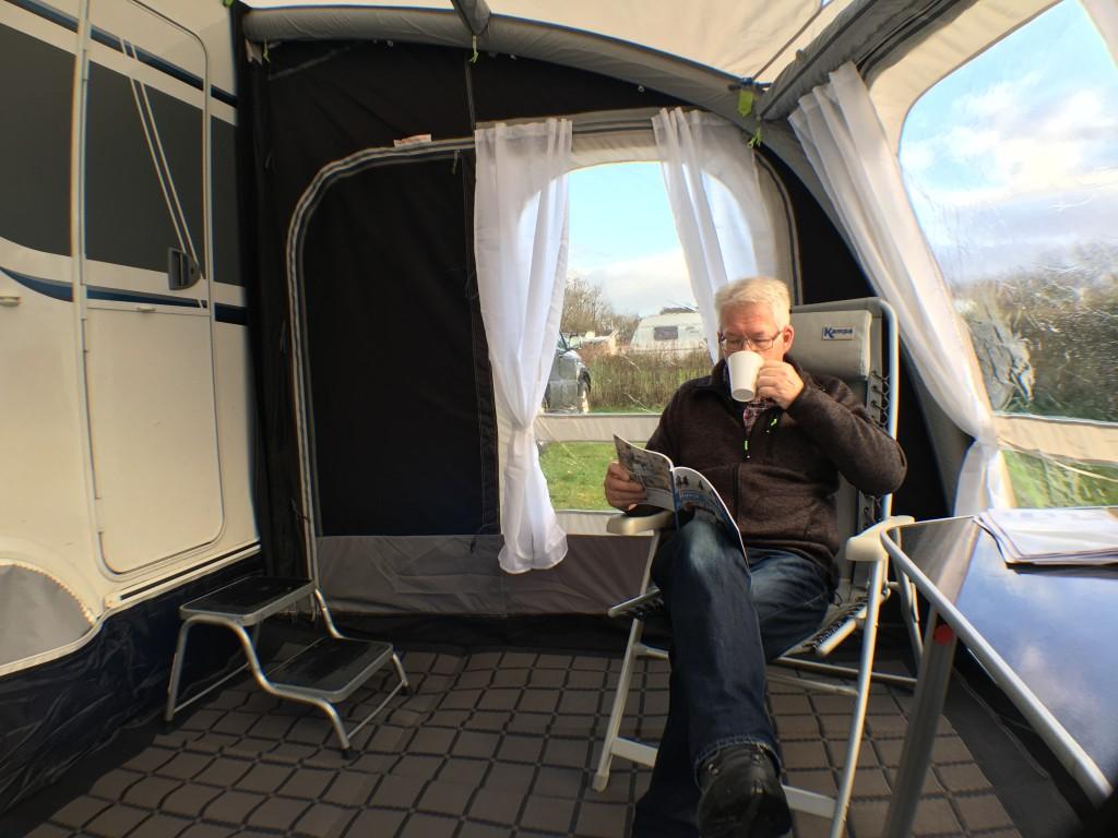 Der findes en del ekstraudstyr til forteltet bl.a. et termoloft, et specielt gulvtæppe som jeg også har lagt på, forskellige typer indertelte, støttestænger som holder teltet ind til vognen, garderobestang, organiser til småting m.m