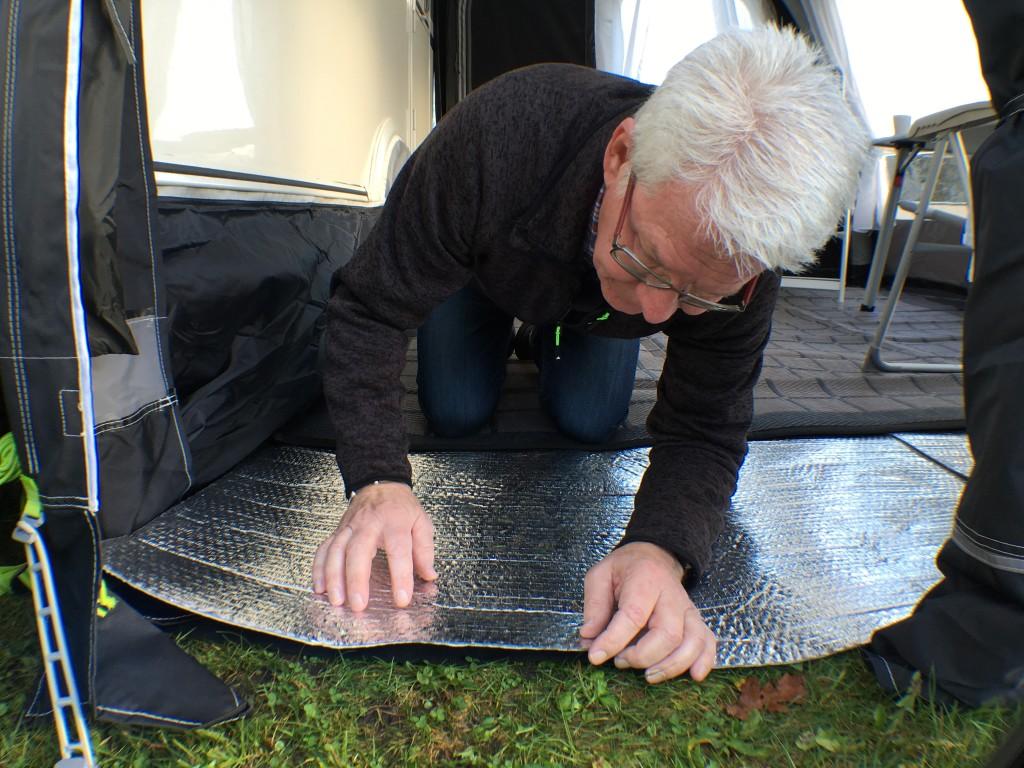 Man kan lægge Astro Foil direkte på jorden, eller man kan lægge det oven på et gulv. Det giver rigtig god isolering, da det er 4 mm tykt. Det fås i en bredde på 122 cm og den længde man ønsker, så man skal bare lægge ekstra baner afhængigt af bredde og længde på forteltet. Man kan klippe i det, med saks eller hobbykniv samt sætter stykkerne sammen med tape. Man kan således tilpasse det helt til forteltes form. Prisen er kr. 49.95 pr. løbende meter.