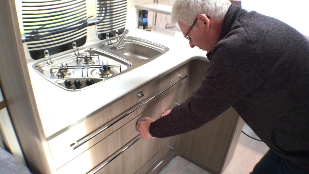 3 gasblus og håndvask kender vi, men her er jeg ved at trække køleskabsskuffen ud.