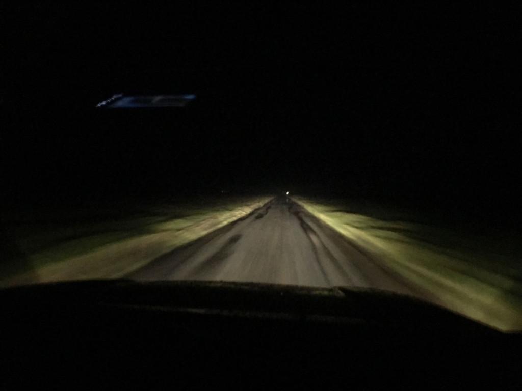 Vi kører kun ca. 15 km/t så det tager lidt tid at kommer de 6 km over havbunden til fastlandet. Men vindens hårde rusken i vognen giver ikke mig lyst til at køre hurtigere.