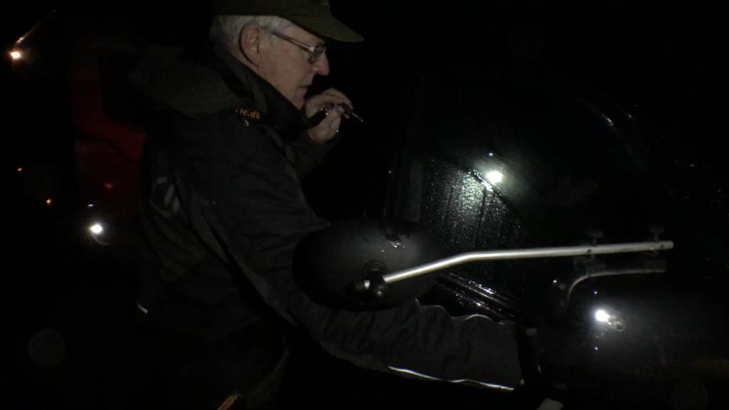 Jeg skraber vand af alle bilruderne så vi kan se ud når vi skal ud i den mørke nat.