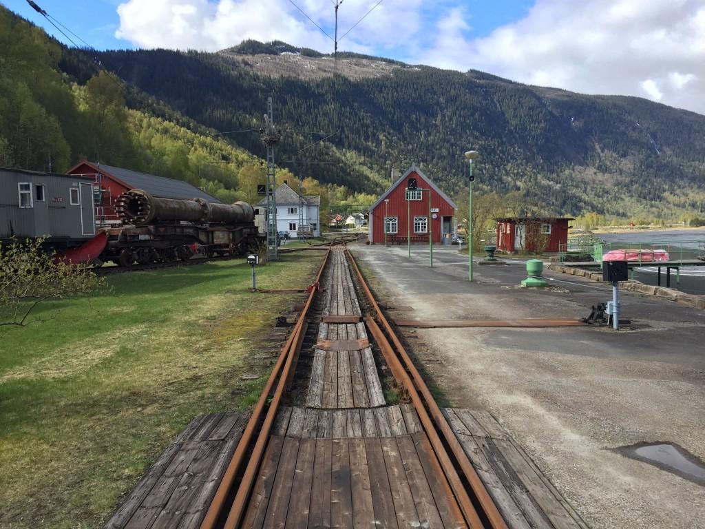 Jeg er kørt ca. 15 km fra Rjukan Camping til Tinnsøen og det lille færgeleje i Mæl, hvor jernbaneskinnerne fra Tungtvands fabrikken slutter i færgelejet.