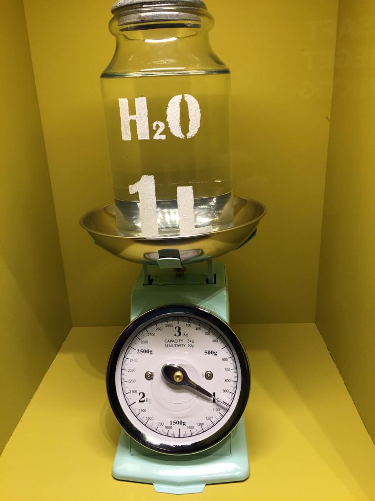 H2O er vand og 1 liter vejer 1 kg.