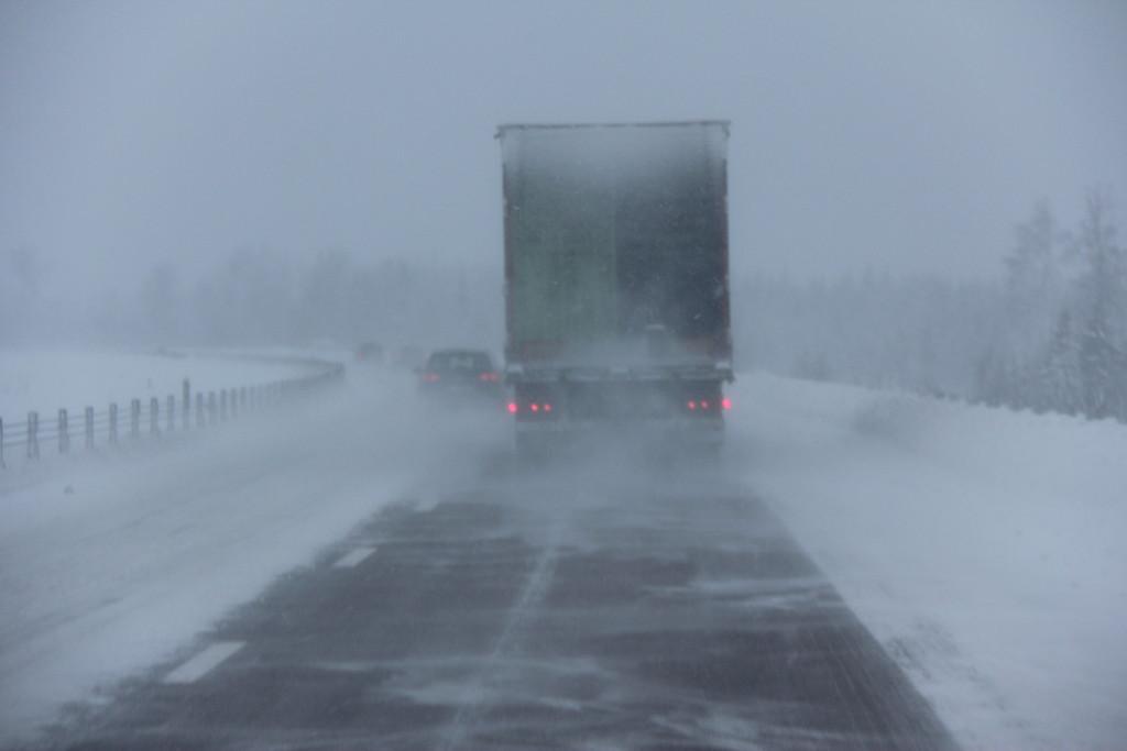 På E4 fyger sneen godt og vi vælger at blive i det inderste spor hvor vejen er ganske rimelig.