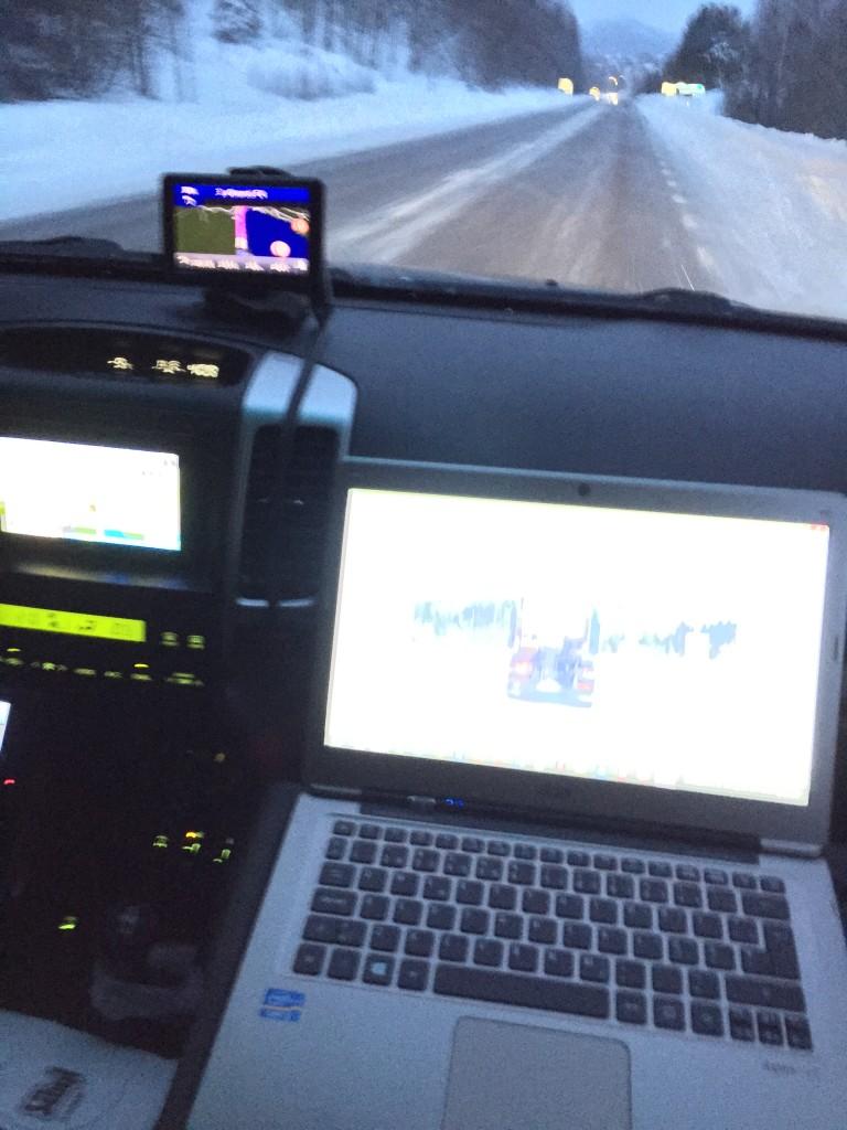 Mørket falder på og jeg begynder at lave dagbøger mens vi kører, da det tager til at vi først er på campingpladsen i Umeå mellem 19 og 20. Altså en arbejdsdag bag rattet på næsten 12 timer. I morgen er vores mål Jokkmokk som kun ligger 430 km væk. Det glæder vi os til. Så kører vi nemlig ind i Samernes og Renernes land.