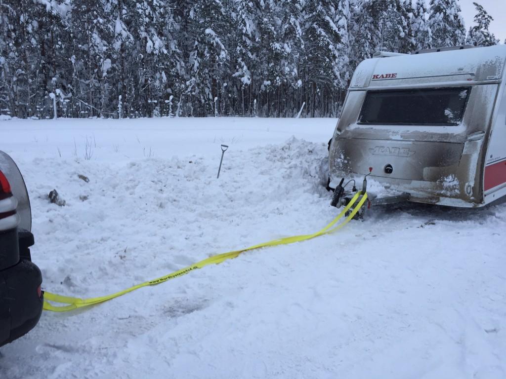 Vi havde selv brug for at trække os fri af snedriver i de store mængder sne som i år har ramt det nordlige Sverige. Så er det rart at man har pakket noget udstyr i bilen.