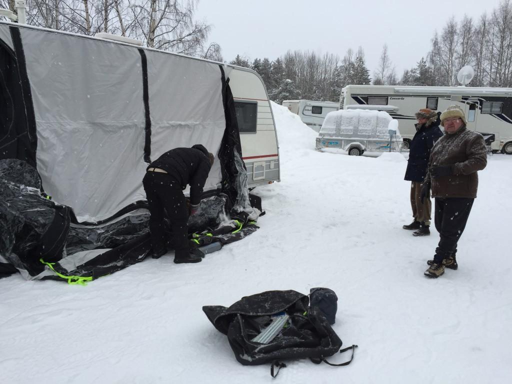Sidst på dagen skal vi lige prøve et fortelt uden stænger, men med luftkanaler, som skal på Hanne og Hennings campingvogn,