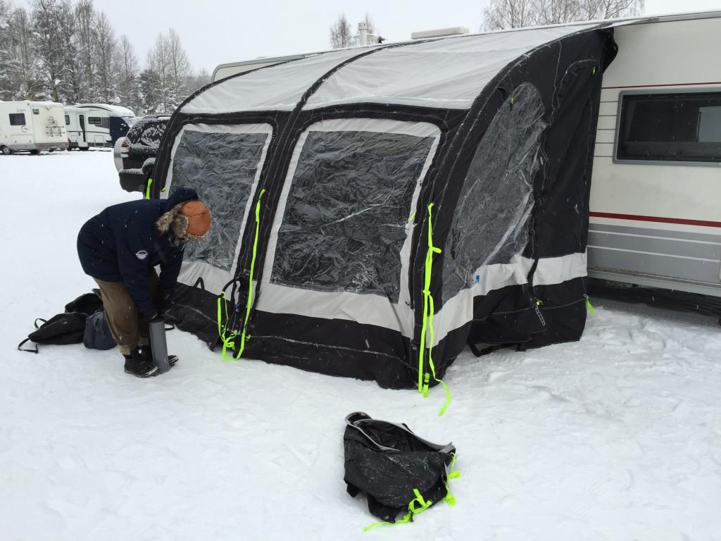 Hanne pumper teltet op med håndpumpen, men det er hårdt når det er koldt, da luftfylden er mindre i frostvejr, så der skal pumpes mere, men det lykkes.