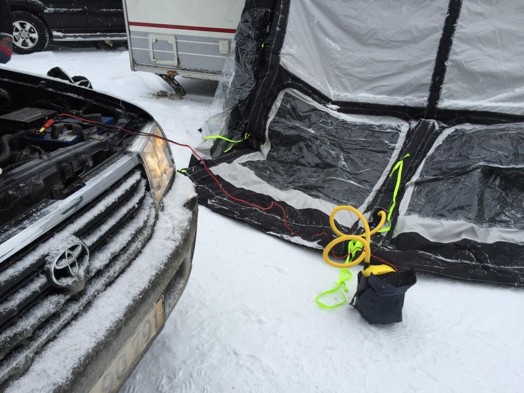 En anden mulighed med luftteltet er at pumpe det op med en lille kompressor som får strøm fra bilens batteri.