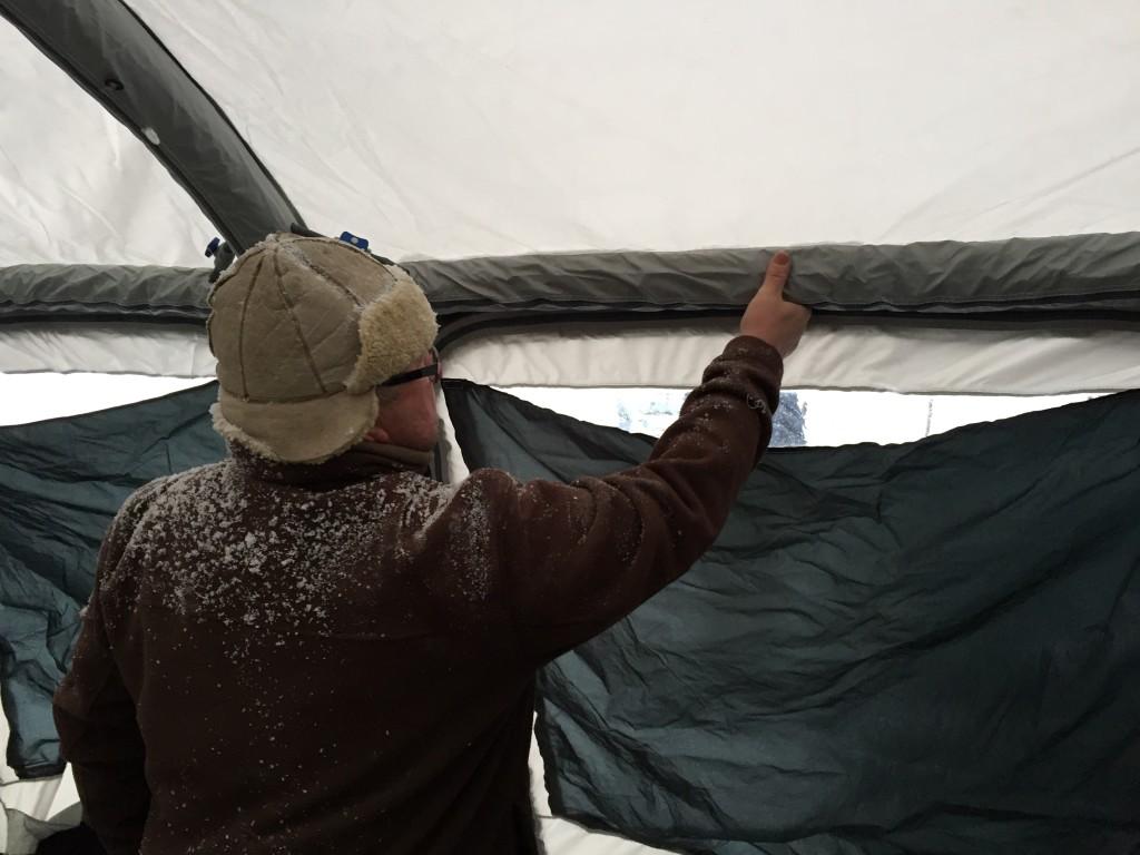 Teltet pumpes op på lidt over et minut og Henning er inde og mærke om det har fået nok luft.