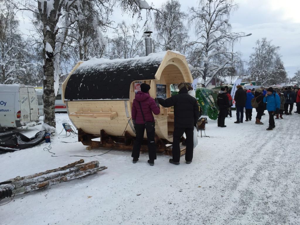 Måske skulle man sætte hjul på denne sauna så man kunne tage den med rundt efter bilen eller autocamperen.