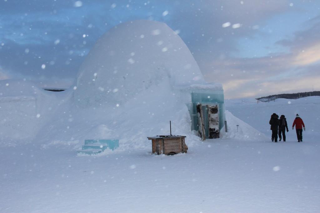 Lige ved ishotellet ligger isbaren.
