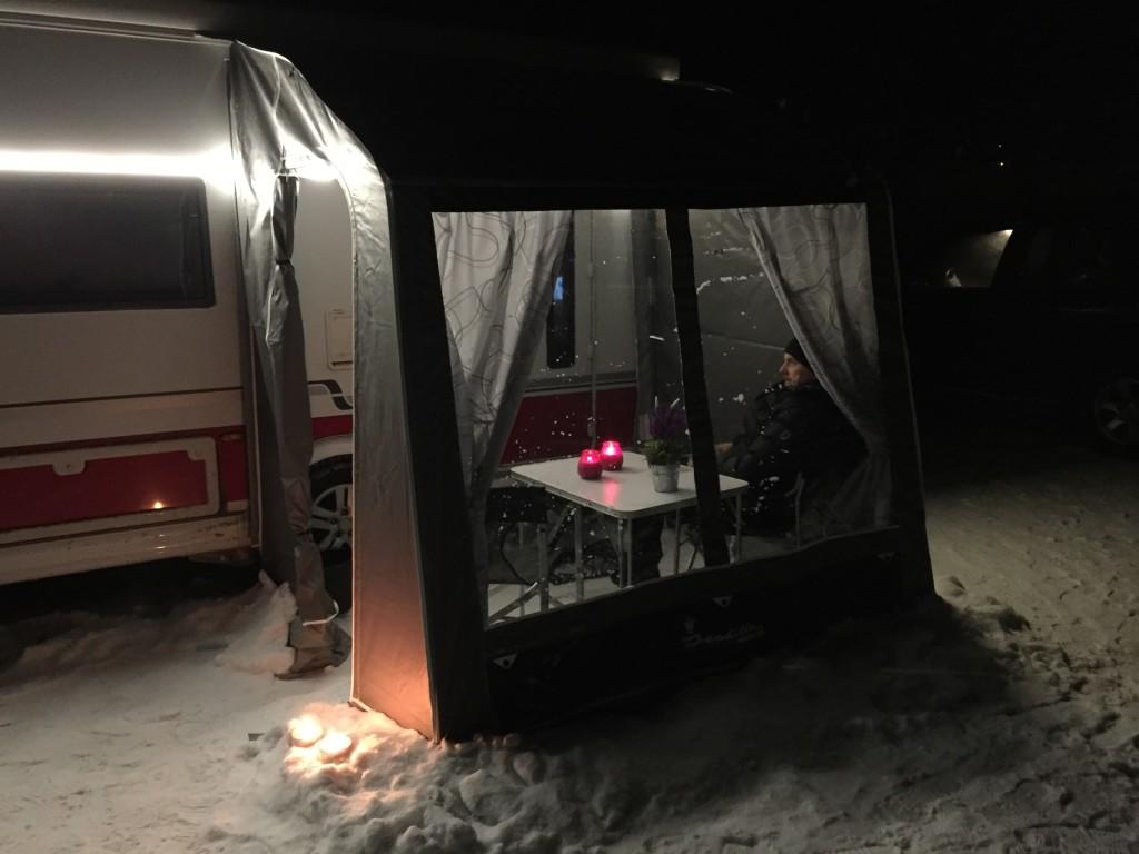 Nu har vi lige sat lys på vognen og i forteltet, men det slukker vi når vi er færdige med at fotografere, så vi kan kigge efter Nordlys.