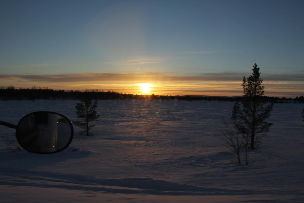 Da klokken er lidt i 3 forsvinder solen i horisonten, men det tager alligevel nogle timer før det er mørkt.