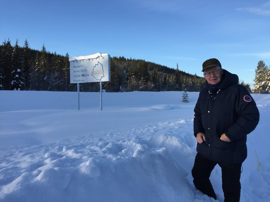 Vi er kørt til Polarcirklen som ligger omkring 10-12 km syd for campingpladsen, men der er så meget sne, så vi ikke kan komme tæt på skiltene.