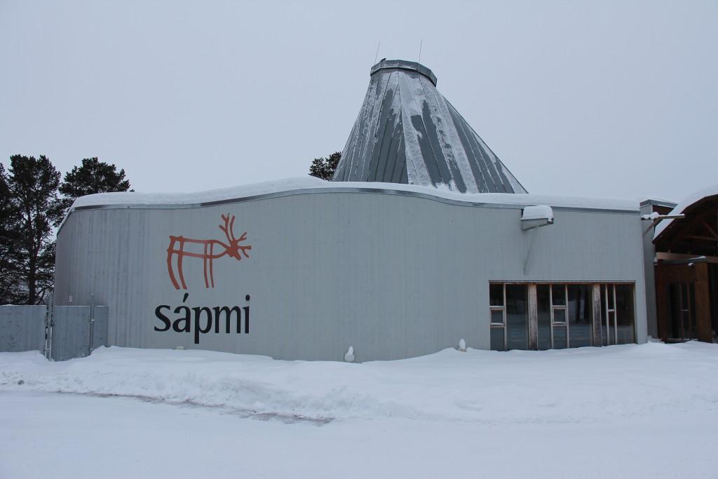Bygningen her er det gamle Sameting, som blev for lille, så et større er bygget uden for byen. Nu er det et turistcenter med samisk håndværk som vi hygger os med at kigge på.