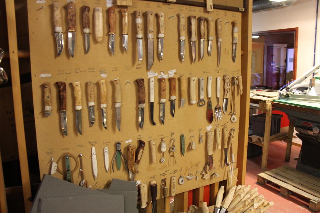 Her er et lille udvalg af firmaet mange produkter, som man nu skruer lidt ned for at koncentrere sig om et udvalg af de mest populære varer som knive og økser.