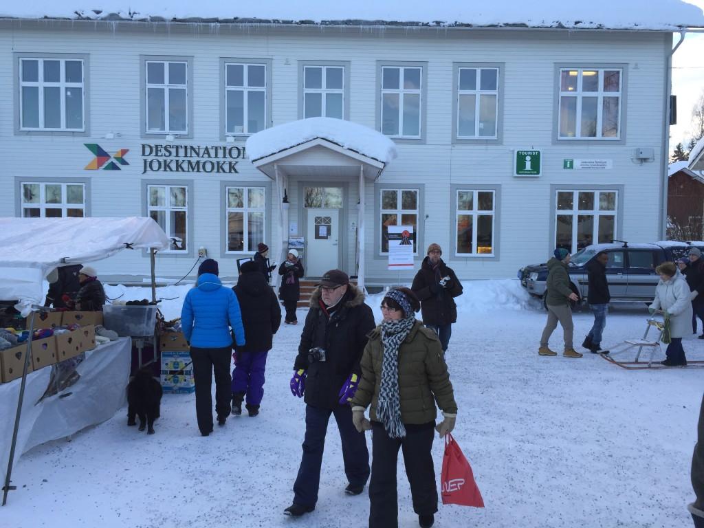 Her er byens turistkontor midt på torvet i byen.