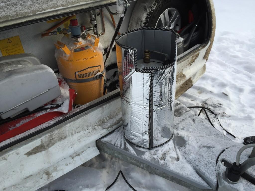 Tilbage på campingpladsen har vi byttet vores medbragte tomme svenske gasflasker, med fyldte. Her er den ene svenske der passer til vores klikventiler. Jeg betalte 695 svenske kroner for gas pr. flaske. Altså omkring 550 danske kroner for 11 kg gas. Vi benytter lejligheden til at pakke den svenske gasflaske ind i denne vinterfrakke fra DCT-Vejle.dk, som skal være med til at sikre at den kan få gassen til at fordampe hvis det bliver rigtig koldt.