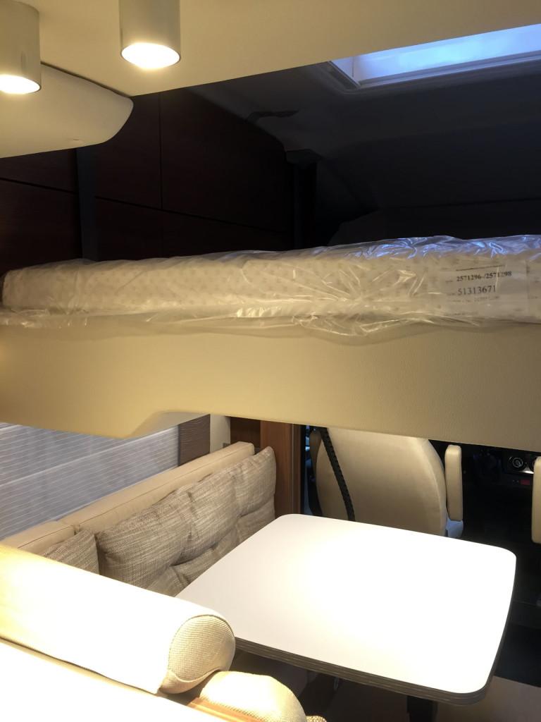 Den nedfældelige seng måler 200 x 138. Under kan opslås en dobbeltseng med målene 211 x 154 / 141.