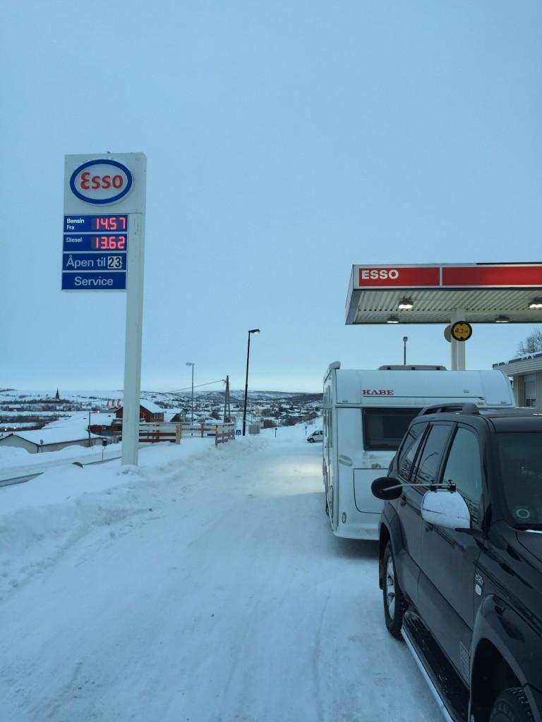 Vi fylder vores biler med brændstof da vi jo kører rundt i øde områder, hvor der sagtens kan være 100 km mellem tankstationerne. Prisen kan du se på skiltet.