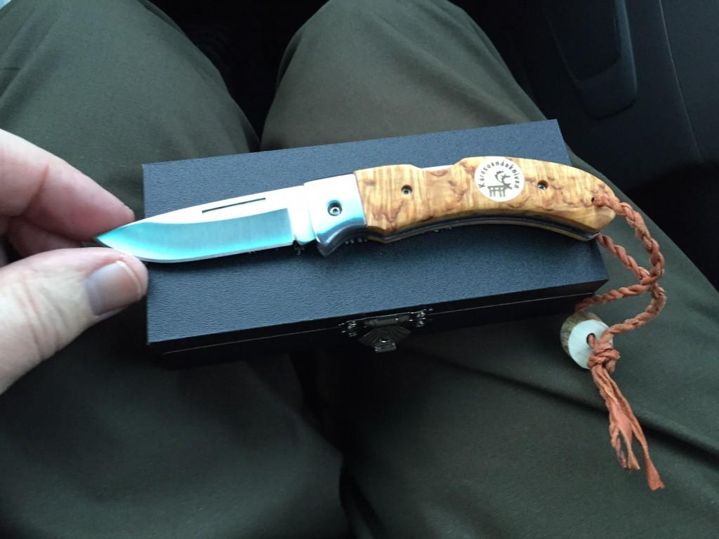 Jeg køber denne lommekniv med et blad på 6,5 cm. Jeg har længe ønsket mig en samisk lommekniv og nu er den der. Prisen er omkring kr. 800 (svenske).