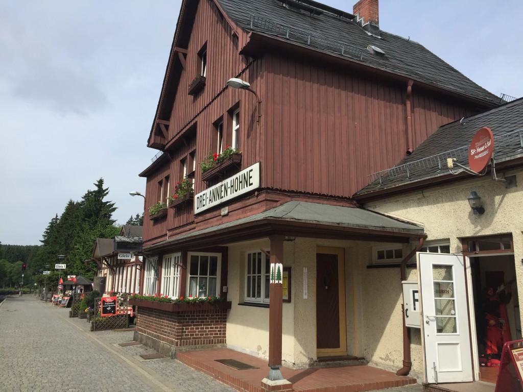 I dag er vi startet tidligt fra campingpladsen for at komme til den gamle station Drei Annen Hohne, her skal vi ud og køre med damptog op til Brocken. Stationen er en rigtig gammel togstation og agerer næsten en slags museum.