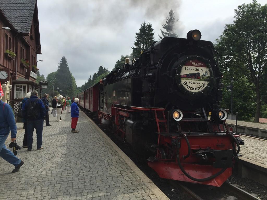 Toget ankommer rettidigt i røg og damp, og flot ser det ud. Det er et jubilæumsår for banen i år, den startede i 1955 og har i år 60 års jubilæum. Der er både damptog og diesel lokomotiver der kører på banen, men de fleste afgange er med damptog. Banen til Brocken er en del af Tysklands længste smalsporsbane der strækker sig over 140 kilometer.