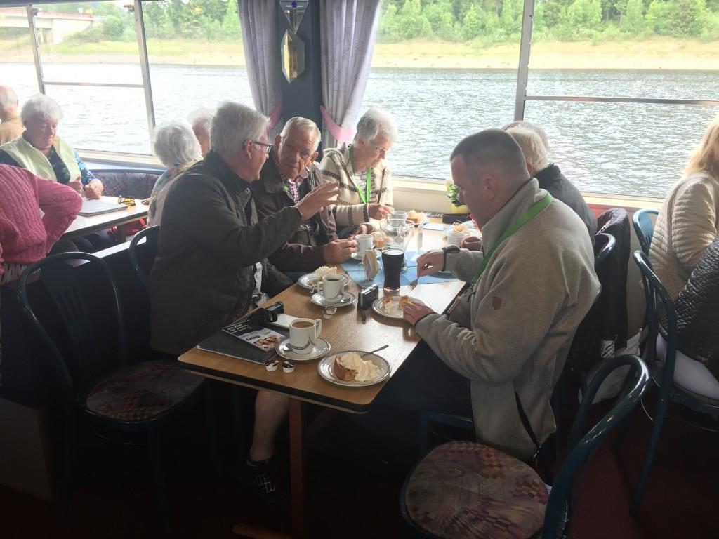 """Men snart var der """"Apfel Kuche"""" på tallerkenen og kaffe i koppen, og så gik snakken lystig mens landskabet stille gled forbi. En sejltur på Okersee varer omkring 75 minutter med diverse stop for af og påmønstring af nye gæster."""