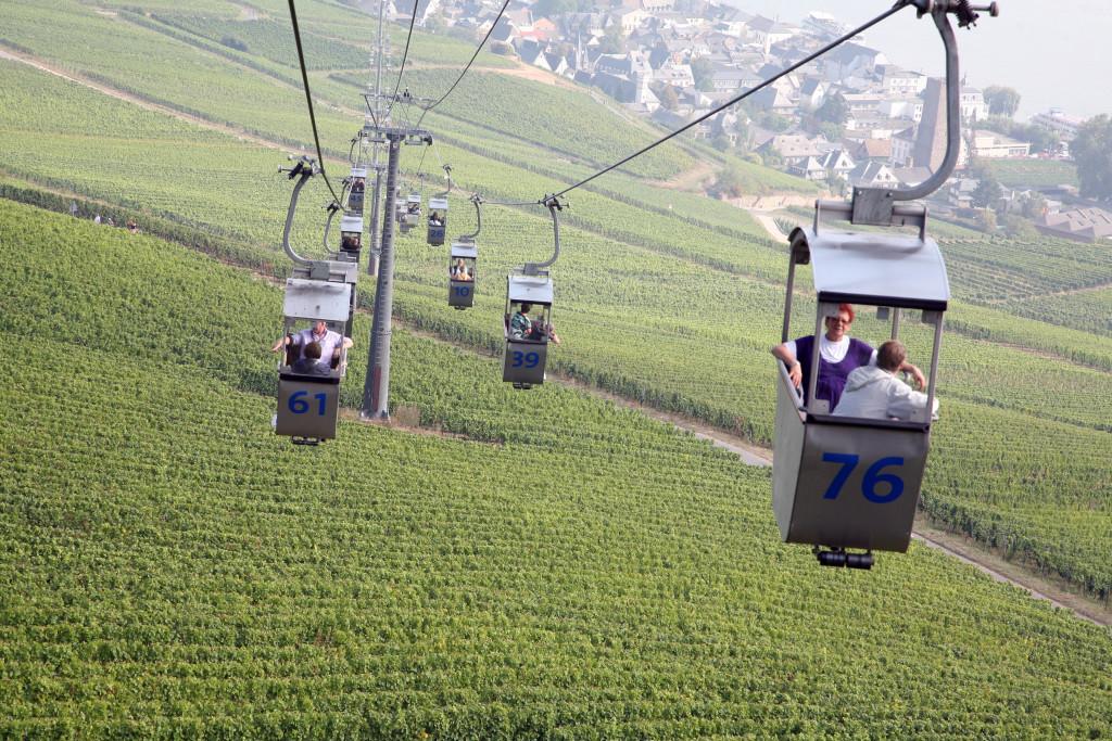 Tovbanen fra Rüdesheim fører hen over vinmarkerne og op til det store monument.