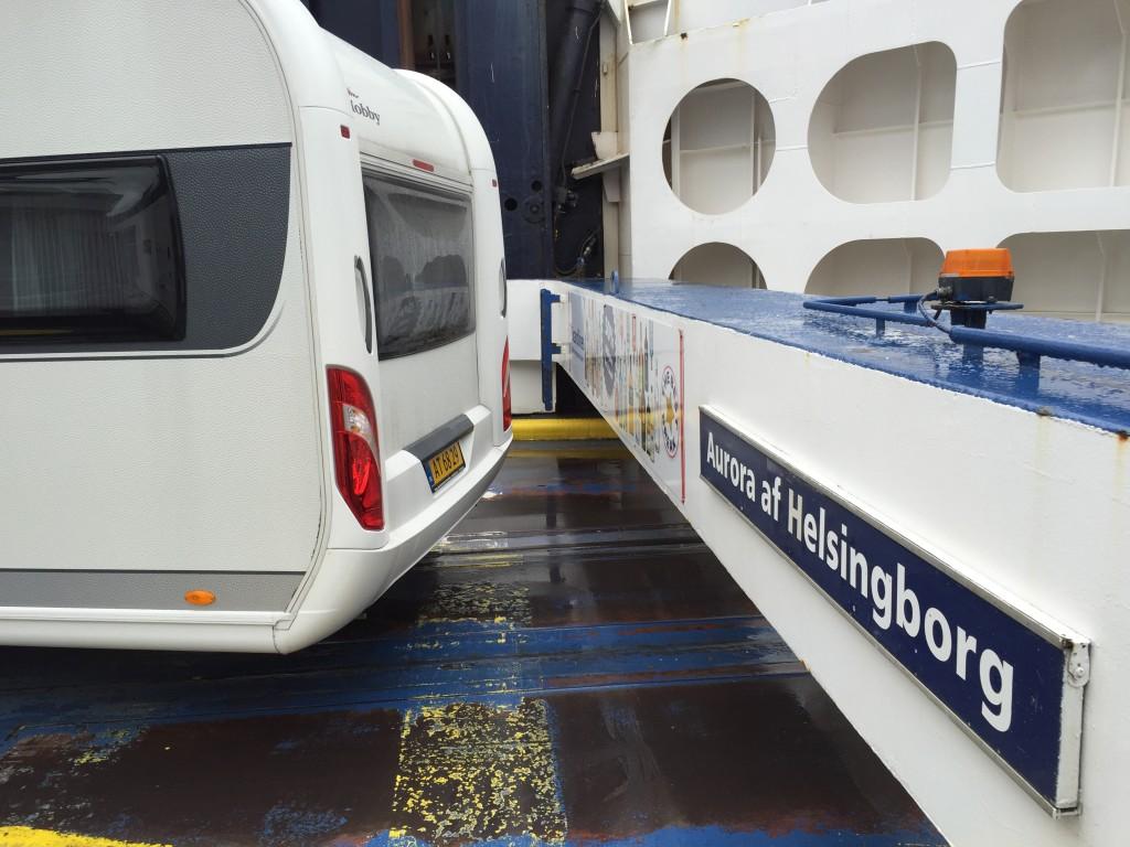 Jeg kom ombord som den sidste og jeg kunne lige få bagenden på campingvognen med ind, da bommen på færgen blev kørt ned.