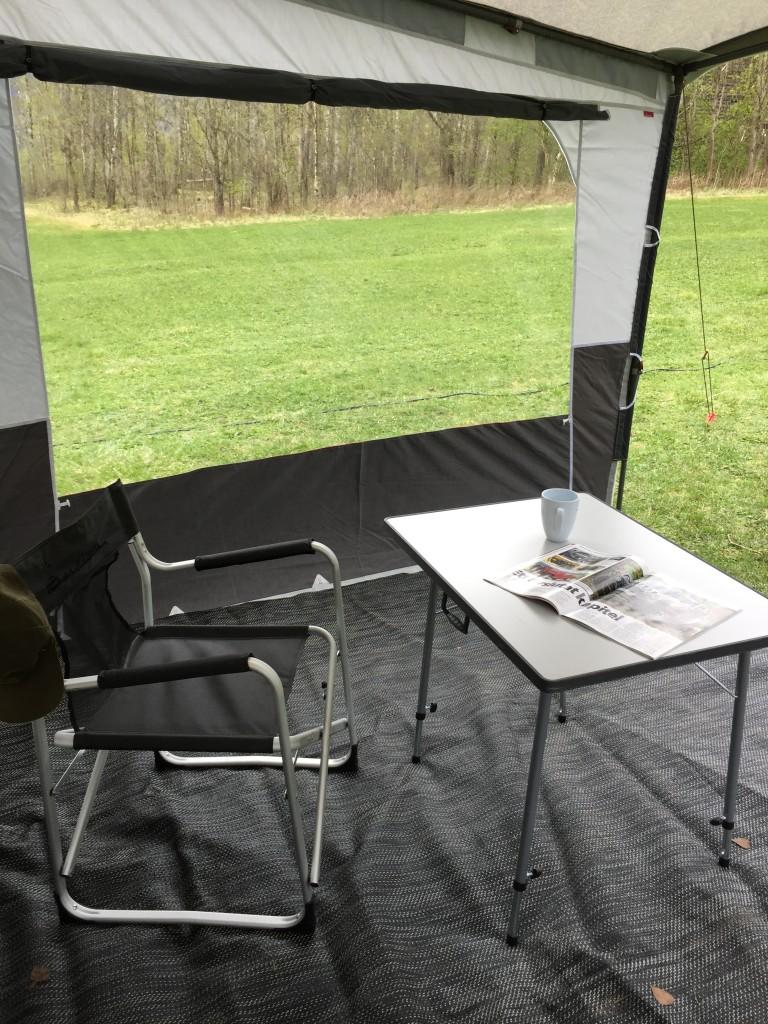 Efter frokost og en kop kaffe udendørs, hvor jeg nyder at regnen trommer på solsejlet og taget af campingvognen, beslutter jeg at jeg hellere må vise dig nogle billeder af hvordan jeg bor inde i vognen.