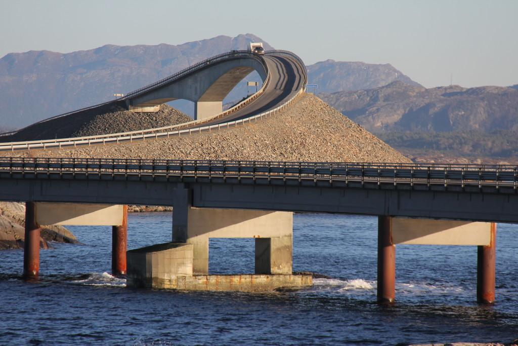 Her er så den mest spektakulære af broerne, nemlig Storseisundet bro, 260 meter – sejlhøjde 23 meter. Det er virkelig en imponerende stig og fald denne bro har fået. Det er godt det ikke er blæst, kuling eller orkan fra Atlanterhavet, så var campingvognen lavet om til en husbåd.