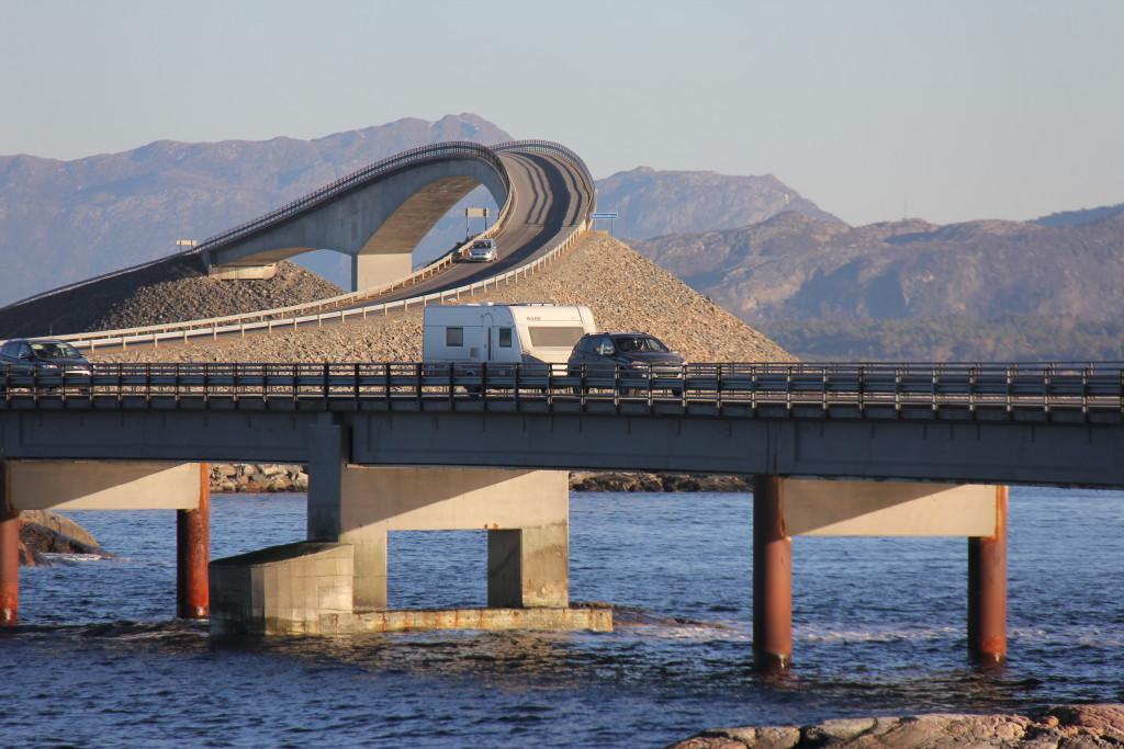 Så er jeg nået ned på den lave bro så Rasmus kan få et billede og filme med campingvognen i forgrunden og broen i baggrunden.