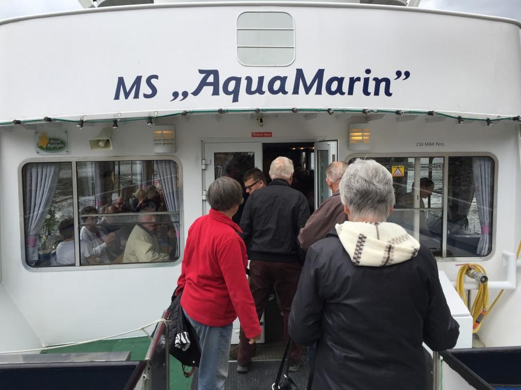 Der er indgang forrest i skibet og man føres direkte ind i skibets salon.