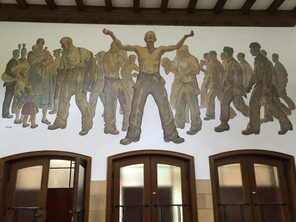 Flot malerisk billede i forhallen som viser en gruppe minearbejdere.