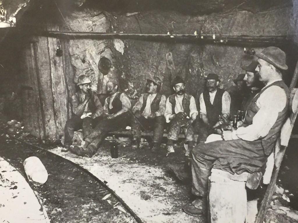 Minearbejderne holder pause. Godt at arbejdstilsynet ikke lige kom forbi.