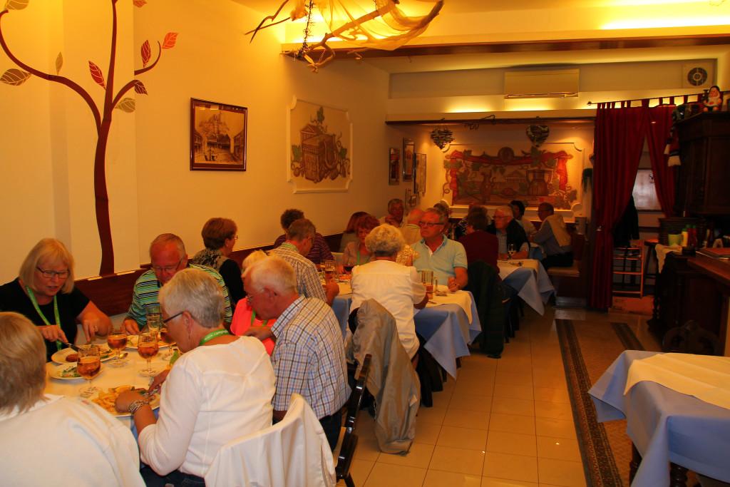 Hyggeligt samvær og spisning på en af de dejlige restauranter.