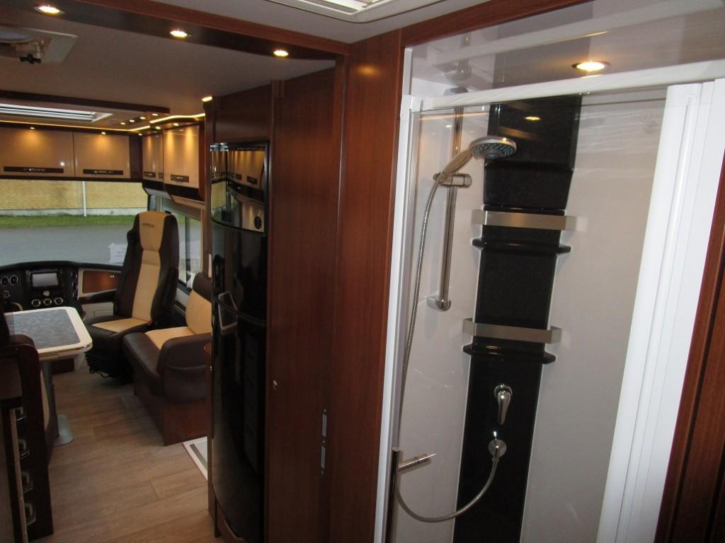 Midt i vognen mellem soveværelset og køkkendelen er toilet og bad. Her er tale om en rigtig lækker brusekabine med rigtig god højde. Der er dejligt meget lys både i brusekabinen og omkring.