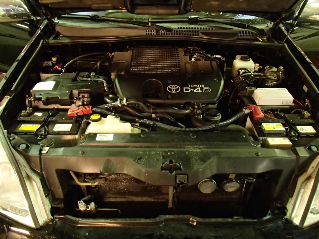 Her ser du motorrummet med de 2 batterier, et batteri (2x75 Amp) i hver side.