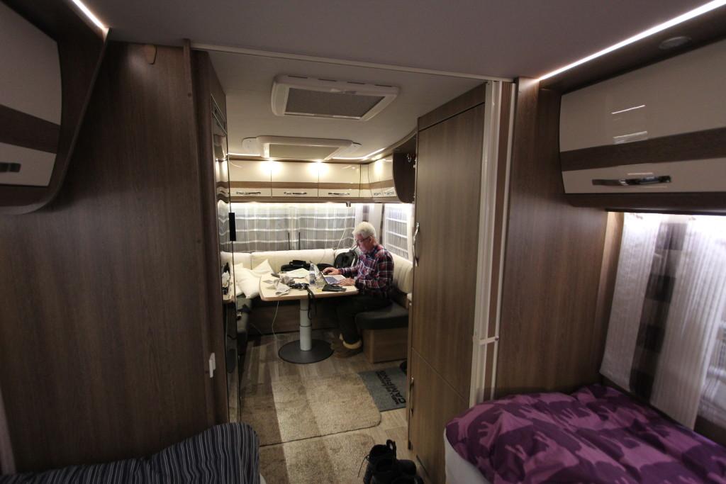Jeg sidder og arbejder i den Dethleffs Beduin 560 RET Alde Snow som Mads og jeg har lånt til turen til Polarcirklen. Lad mig sige det med det samme. Vognen har overrasket Mads og mig ganske meget og det er på den mest positive måde. Selvfølgelig er der et par små skønhedsfejl, men dem kommer vi også til en af dagene, men det samlede indtryk er at her er en vogn du kan hente hos forhandleren og køre direkte på vintercamping, ihvertfald ned til -26 grader som vi har oplevet som maksimum, uden problemer.