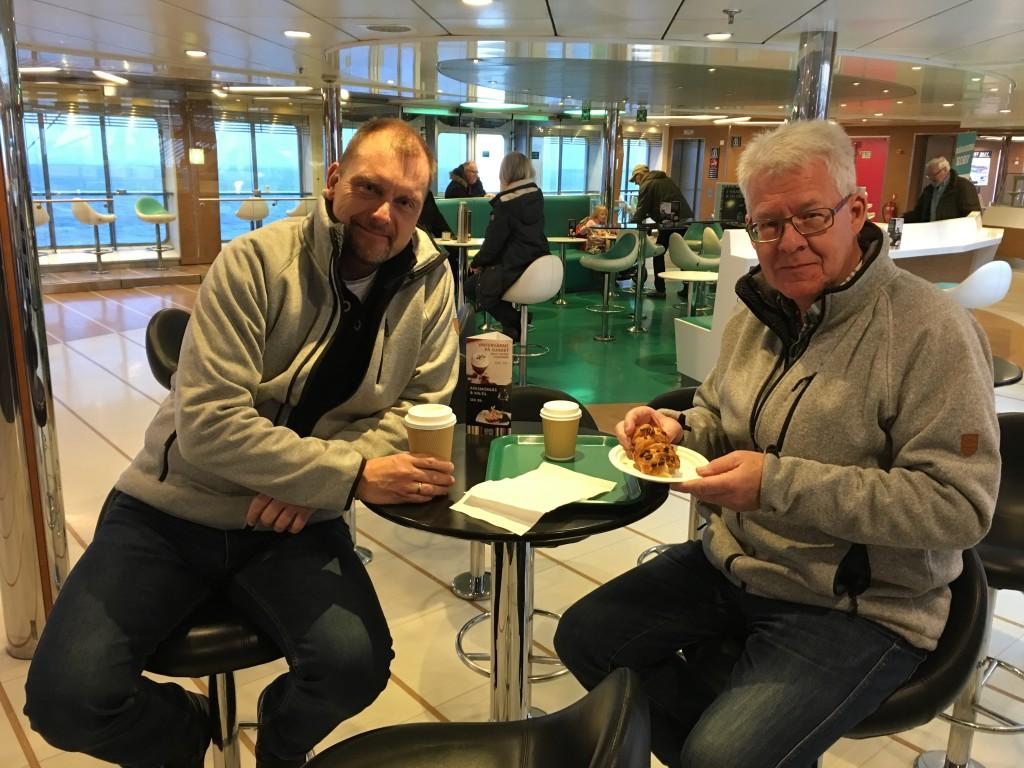 På færgen kan vi lige nå at få en kop kaffe. Jeg vælger en lille sund kage med æblefyld, da jeg går meget op i at spise sundt!