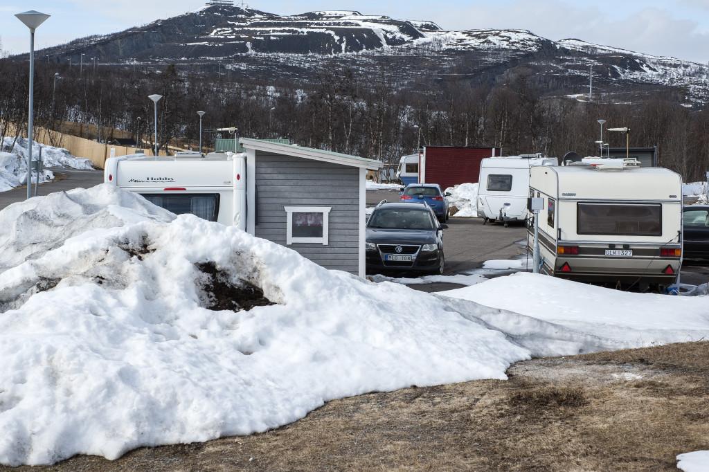 På Kiruna camping ligger nogle store bunker sne, temperaturen er på minus 1 grad, så der smelter ikke meget. Det sneede også om natten, bilen blev helt hvid. Vejene er heldigvis stadig bare, for vi havde ikke regnet med vinter så vinterdækkene blev hjemme. Turen ind over Rigsgrænsen er meget flot, her er der meget sne, skisæsonen strækker sig normalt også til midsommer her. Da vi kørte over grænsen ind i Norge, kørte vi foråret i møde. Men på Lofoten er klimaet mere barsk, så der var det ikke blevet grønt endnu.
