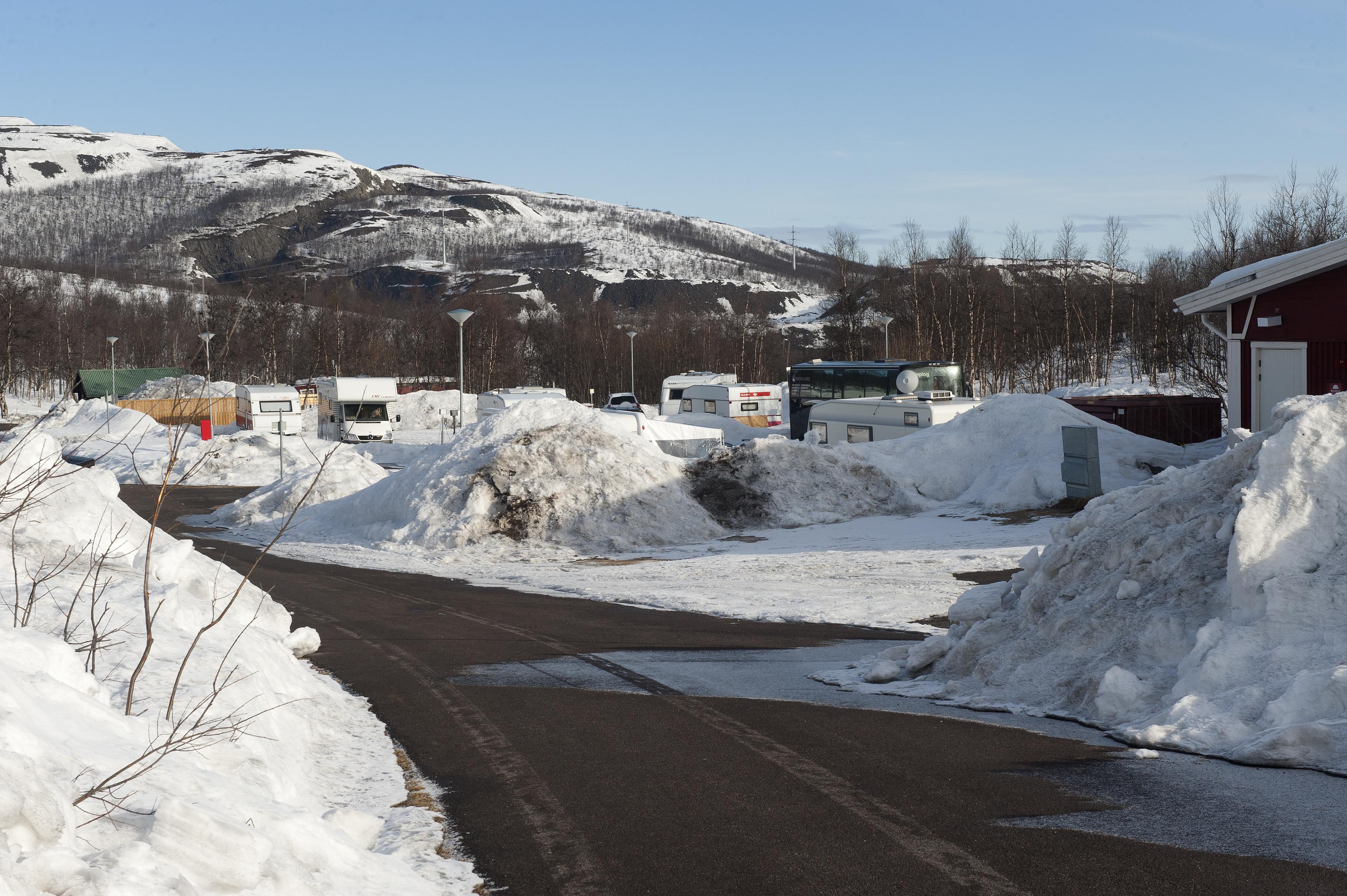 Vores første mål var Kiruna Camping, der er helårsåben. Pladsen er fint ryddet, men der er store snebunker, bare hyggeligt.