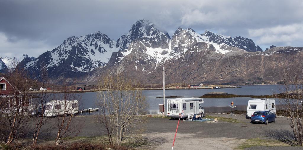Så er vi ankommet til Lofoten, vi havde planlagt at bo på Hammerstad sjöhuscamping, der ligger nogle få kilometer før Svolvær. Det viste sig at være en lidt kedelig og forblæst campingplads. Men campingpladserne i Svolvær var desværre ikke åbne endnu.