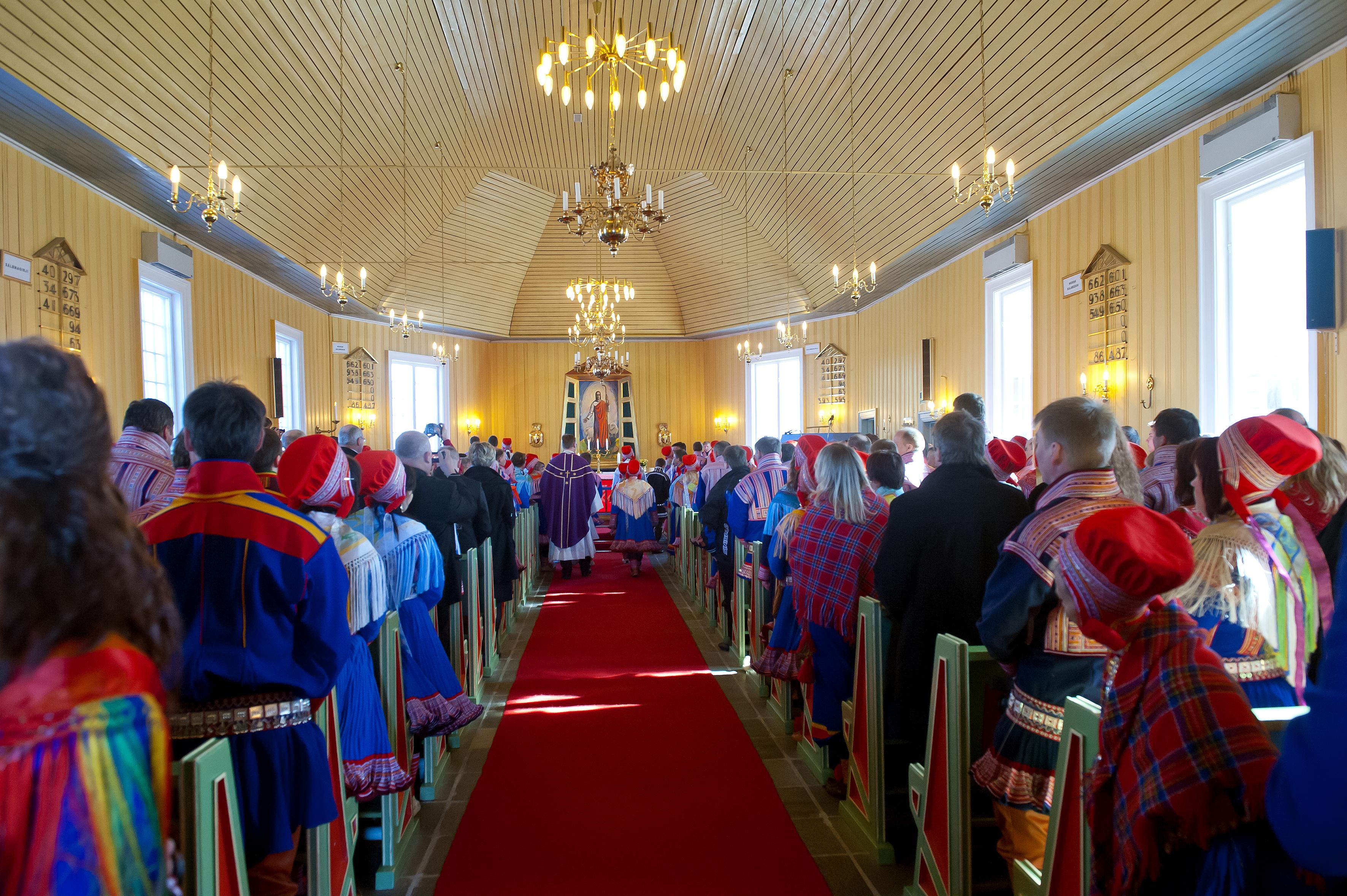 Hele kirken er fyldt, et utroligt smukt skue med så mange samiske dragter.  Der er kun plads til konfirmanderne og deres pårørende, så vi må nøjes med at følge med fra våbenhuset. Gudstjenesten tager meget lang tid, den foregår både på norsk og samisk.