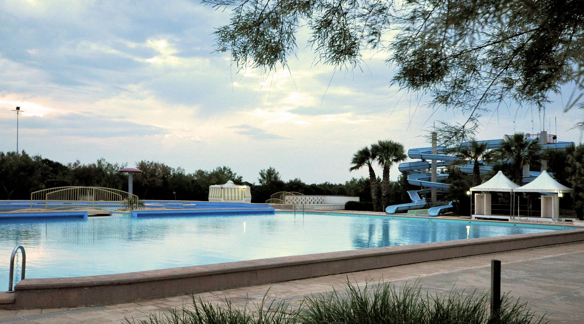Campingpladsens overvågede pool er på 300m² med vandrutschebane og boblebad. Desuden er der til børn 200m² udendørs soppebassin + 500m² indendørs vandlegeplads. Alt sammen er i drift i højsæsonen – altså ikke mens vi var der.
